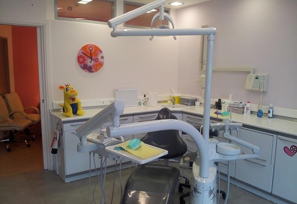 Οδοντιατρείο για παιδιά και εφήβους στον Άγιο Στέφανο Κατερίνα Π. Χρυσικοπούλου, MSD Παιδοδοντίατρος Πρόληψη Θεραπεία Σφραγίσματα Φθορίωση δοντιών Αντιμετώπιση Τραύματος δοντιού Εκμάθηση στοματικής υγιεινής