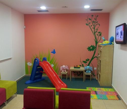 Οδοντίατρος για παιδιά και εφήβους Χρυσικοπούλου Κατερίνα Το οδοντιατρείο βρίσκεται κοντά στο σταθμό του ΟΣΕ στον Άγιο Στέφανο και έχει εύκολη πρόσβαση από πολλές περιοχές των Βόρειων προαστίων Κρυονέρι, Άνοιξη, Δροσιά, Καπανδρίτι, Σταμάτα, Διόνυσο κτλ