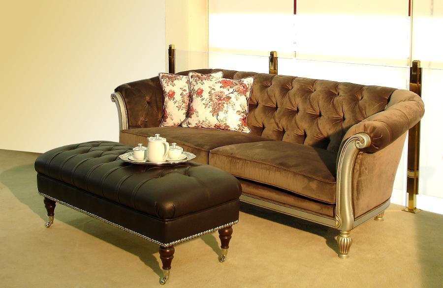 Σαλόνι κλασικό καναπές και ταμπουρέ