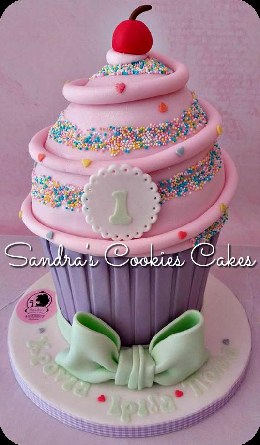 Giant cupcake  Τούρτα ζαχαρόπαστα