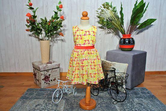 Φόρεμα εμπριμέ με κόκκινη ζώνη