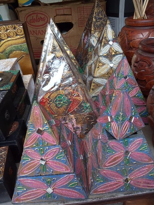 Πυραμίδες μπιζουτιερες  με 8 10 12 και 15 ευρώ σε 4  μεγεθη